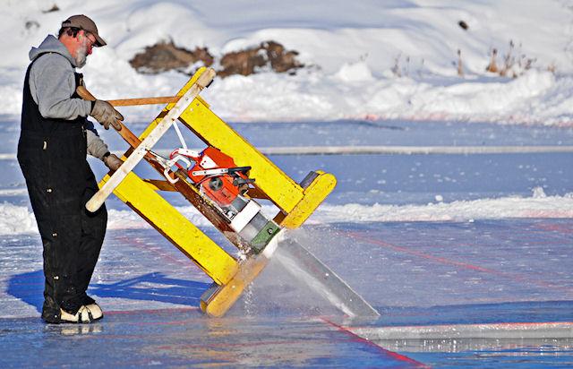 Добыча льда на Аляске ведётся бензопилами