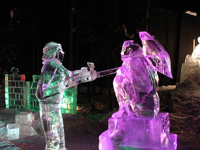 Скульптор вырезает статую горгульи с помощью цепной электропилы