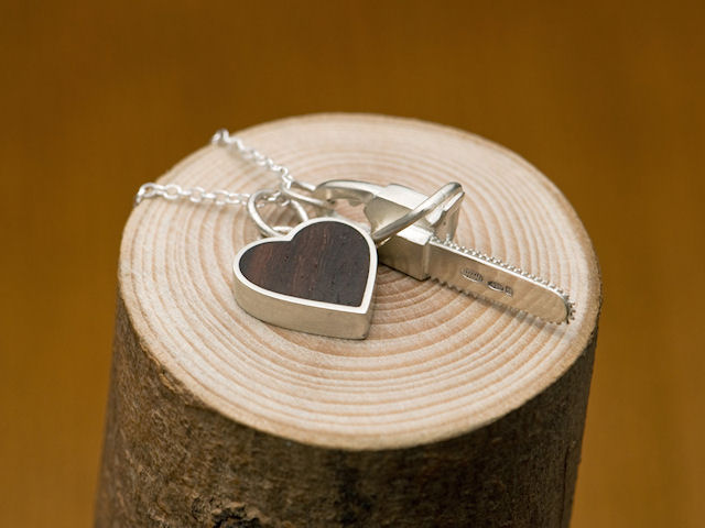 Бензопила с сердечком. Ювелирное украшение из серебра.