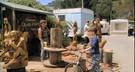 Курт Рассел вырезает скульптуру бензопилой McCulloch Eager Beaver