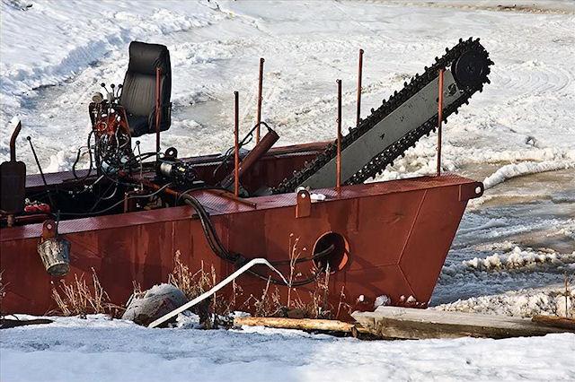 Гигантская бензопила для резания льда в Архангельске